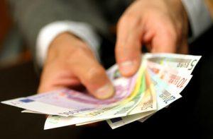 Foto Chef übergibt Geldscheine