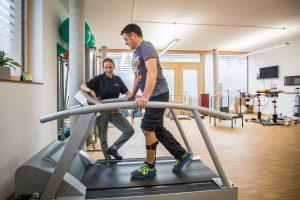 Physiotherapeutin Sabine Lamprecht in ihrer Praxis