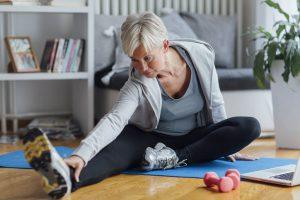 Foto von älterer Frau bei Dehnübungen
