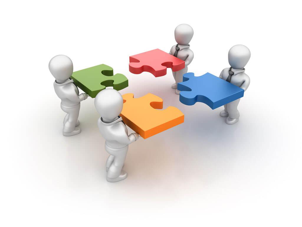 Figuren setzen Puzzleteile zusammen