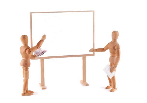 Holzfiguren an Whiteboard/Tafel