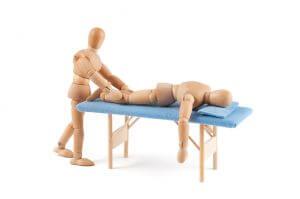Holzpuppen bei Massage auf Liege