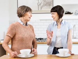 Frauen unterhalten sich beim Kaffee