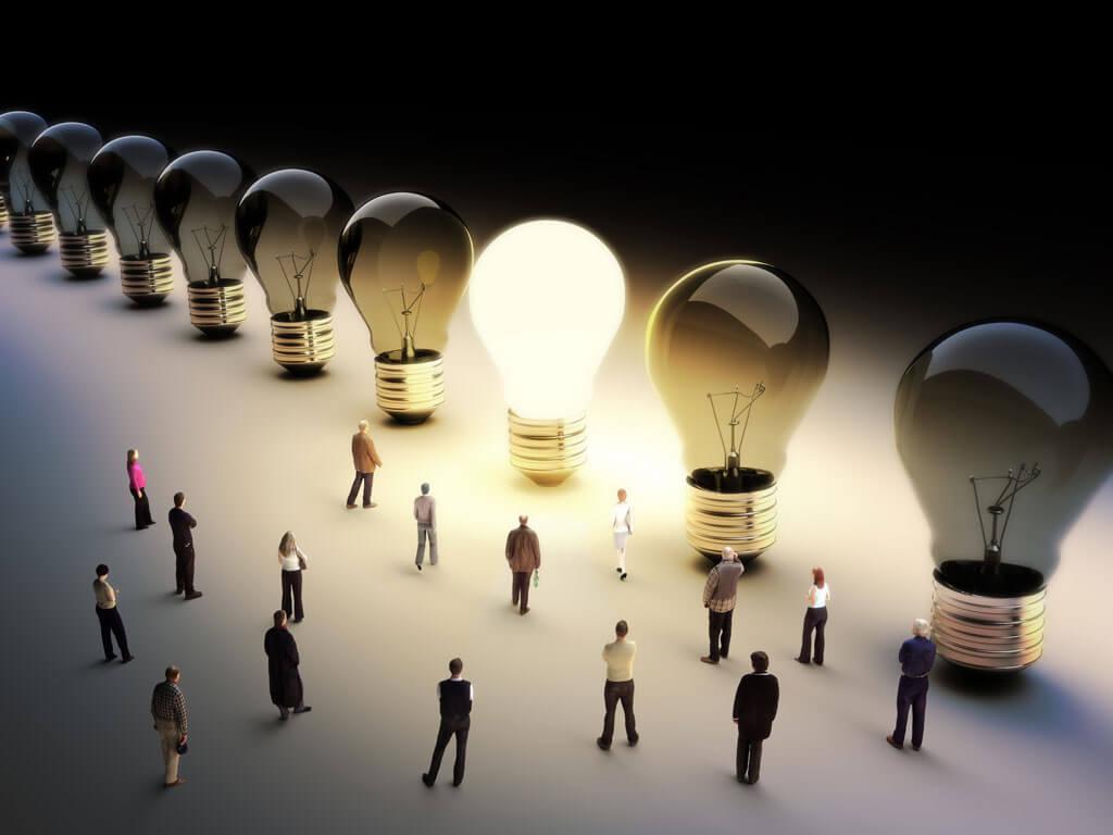 Illustration von Menschen, die auf riesige leuchtende Glühbirne blicken