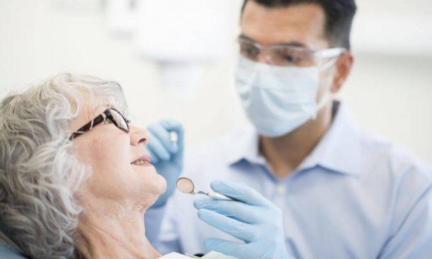 Zahnarzt behandelt ältere Frau