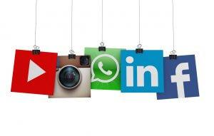 Social Media Icons hängen an Fäden