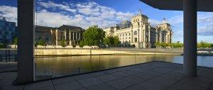 Foto des Reichstags über die Spree hinweg