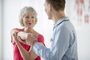 Therapeut behandelt Schulterverletzung