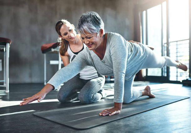 Therapeutin macht mit Patientin Kraftübungen