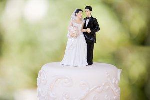 Foto von Figur von Braut und Bräutigam auf Hochzeitstorte
