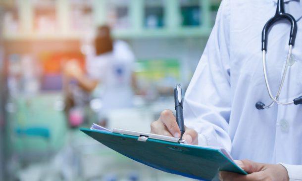 Entlassmanagement: Krankenhausarzt schreibt Heilmittelverordnung